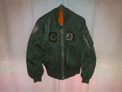 Veste pilote F 104 starfighter ( vrai veste ) plus divers badjes plus récents.