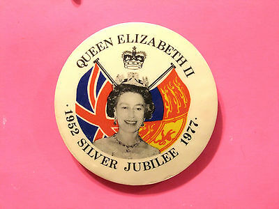 Elizabeth Ii Silver Jubilee Vintage Button Badge Pin Uk Import
