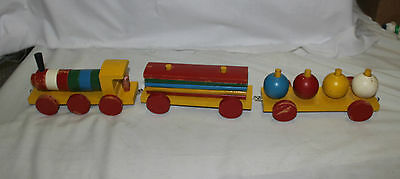 Vintage wooden pull train, removable parts, 3 sections. 1 engineer. Bulgaria