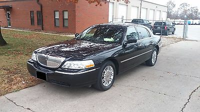 2008 Lincoln Town Car Signature 2008 Lincoln Town Car Signature black on black very well maintained