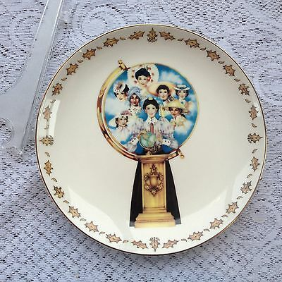 "Avon ""Mrs. Albee's Global Vision"" President's Club Plate 2010/11 orig. box/stand"