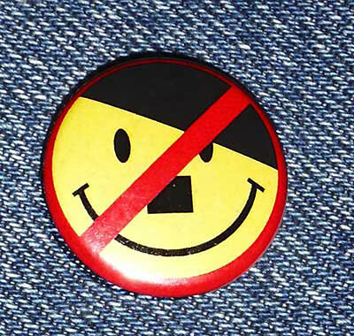 2 x No Adolf anti Nazi Smilie antifa Button V-Mann big dictator diktator kanzler