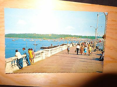 Isle of Wight Cowes The Parade & Promenade  1960's people  Vintage Postcard 1-R