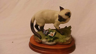 Siamese Cat on Wooden Plinth Unmarked Excellent Condition LOW Postage !!