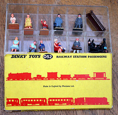 Dinky toys 052 - railway station passengers