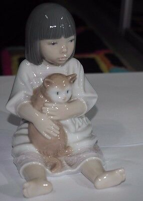 Nao Lladro 01210 Cuddles - Girl with Cat - Abrazo Al Gatito