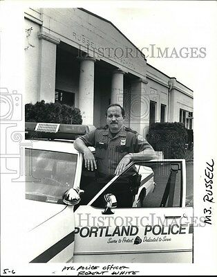 1991 Press Photo Portland police officer Robert White cruises past building