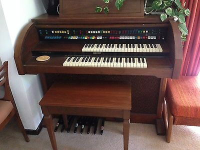 Lowrey Holiday Deluxe Organ D350