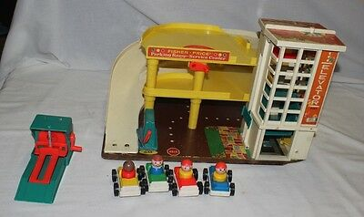 Fisher Price Little People Action garage 930 w lift, cars, people.
