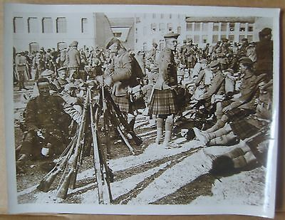 WW1 original press photo Scottish troops Marseilles 18/5/1916 rifles stacked