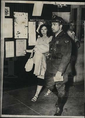1952 Press Photo Missing Girl Gail Barbara Cook, with police officer Napoli