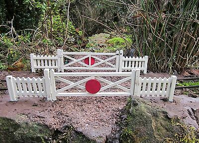 FOUR LARGE CROSSING GATES AND EIGHT FENCE PANELS GARDEN RAILWAY SM32 16mm Scale