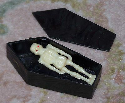 RARE NOVELTY VINTAGE late 1960s COFFIN AND RESTLESS SKELETON (magnetised)