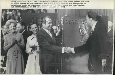 1971 Press Photo President Richard Nixon shakes hands with Minister Billy Graham