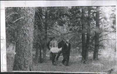 1959 Press Photo Police and funeral home attendants carry body of Candy Rogers