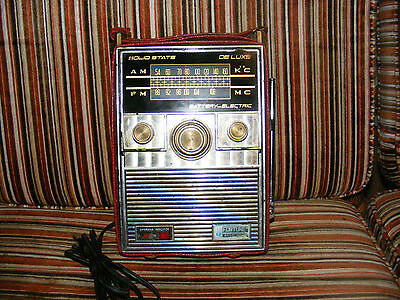 Vintage Portable AM/FM Solid State Radio made by FORTUNE. Battery - Electric