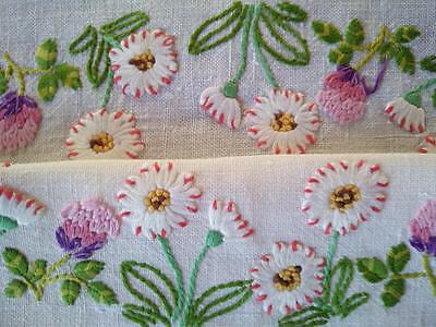 CIRCLE OF WHITE DAISIES & CLOVER FLOWERS ~  Vintage Hand Embroidered Tablecloth
