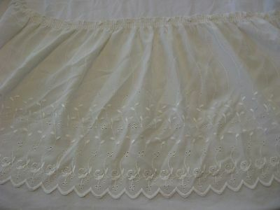 Gathered Scalloped Eyelet lace Bed Skirt W/Bottom Split Corners. Queen Sz Cream