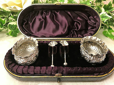 A Beautiful Antique Cased Pair of Silver Open Salts & Spoons - Birmingham 1892