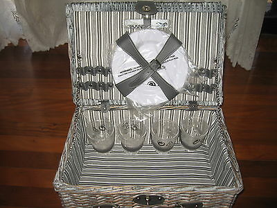 picnic basket with 4 place setting - NEW