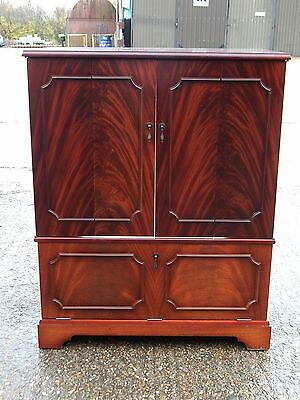 Superb flame mahogany finish tv / hifi music cabinet unit with concertina doors