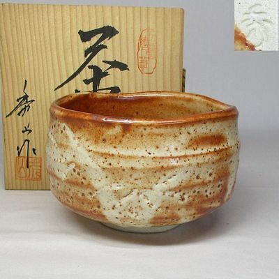 A082: Japanese SHINO pottery tea bowl of appropriate work w/signed box