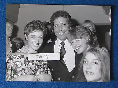 "Original Press Photo - 9.5""x7"" - Tom Jones - 1983 - with family members"