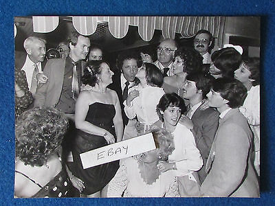 "Original Press Photo - 9.5""x7"" - Tom Jones - 1983 - with family group"