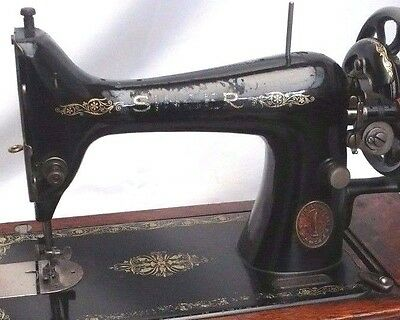 Old Vintage Antique Hand  Crank  Singer Sewing Machine with Wooden Case