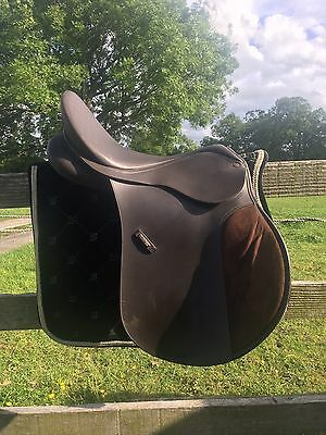 "Wintec 250 GP Saddle, 17"". With Cair. Exchangeable Gullet."