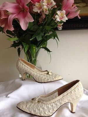 VINTAGE 1950s 'STYL EEZ' CREAM LACE THEME WEDDING SHOES KITTEN HEEL