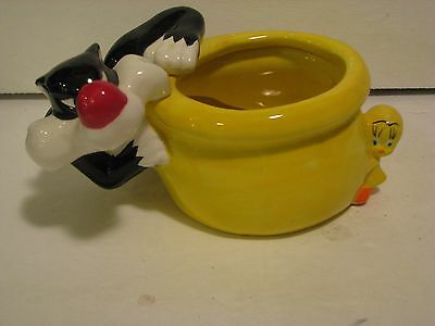 Sylvester And Tweety Bird Ceramic Planter Bowl Warner Brothers.   4 X 7 INCHES