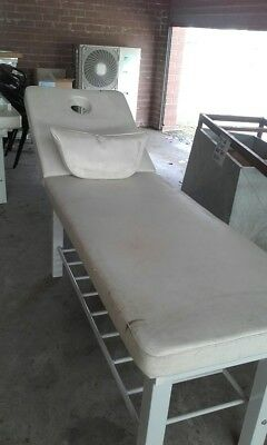 Massage table with rounded head cushion