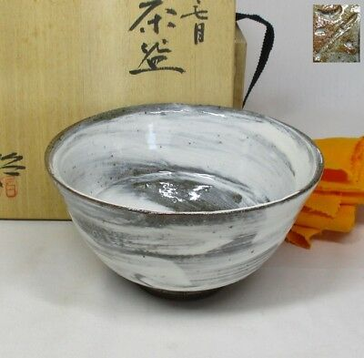 B056: Japanese pottery tea bowl of popular HAKEME-CHAWN with signed box
