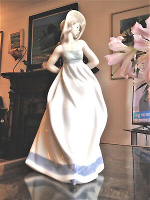 """Large (33cm) Nao by Lladro Girl """"Making the Bow (Lazo)"""" 1180 ret'd 1999 Perfect"""