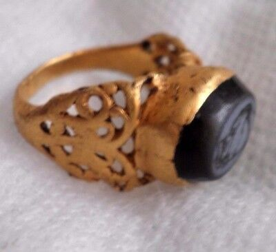 Ancient Roman high purity gold ring inlaid with engraved intaglio black stone VG