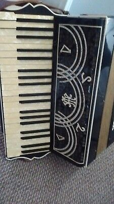 VINTAGE 1940's ITALIAN  ACCORDION  professional 24 Keys 120 Bass - Case RARE