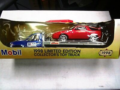 1998 . Mobil Tow Truck With Racecar  1:24  Scale  Diecast  & Operating Lights