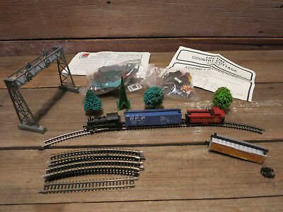Vintage LOT LIFE-LIKE TRAIN N SCALE WITH (4) CARS And Accessories!