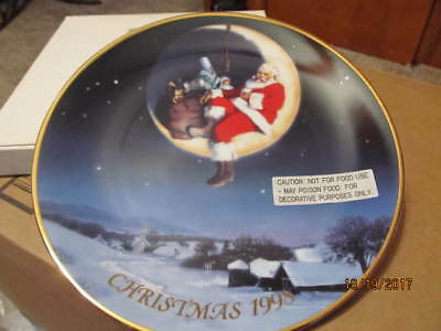 """Avon Fine Collectibles 1998 """"greetings From Santa"""" Collector Plate"""