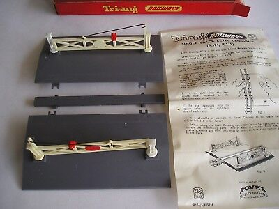 Triang  R.174 Level crossing.  00 gauge.  Unused and boxed.