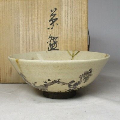 C306: Japanese old pottery tea bowl of good atmosphere with golden repair