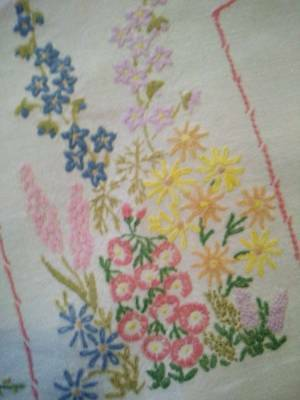 Charming Vintage Hand Embroidered Tablecloth ~English Cottage Garden Beds 32 1/4