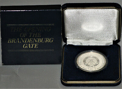 1990 20 MARKS BRANDENBURG GATE BRILLIANT UNC .999 SILVER 33mm GERMAN COIN IN BOX