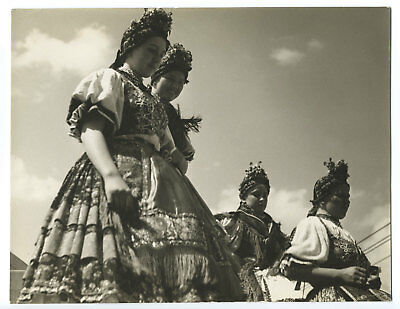 Hungary: girls in traditional dress by Ferenc Haár / Francis Haar - Photo 1935