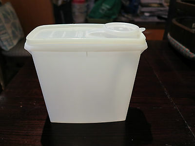 Vintage/Retro Tupperware Cereal Storer with Pour All Seal