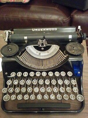 UNDERWOOD 1920s TYPEWRITER BLACK AND BEAUTIFUL AND FINE WORKING CONDITION W CASE