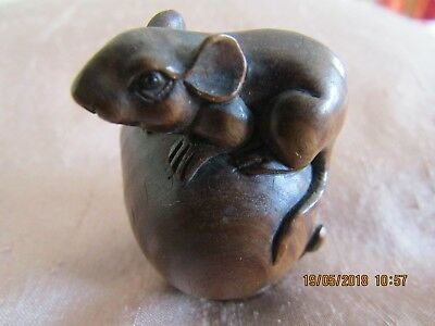 NETSUKE  - LITTLE MOUSE on a PEACH - FINELY CARVED. VERY BEAUTIFUL PIECE
