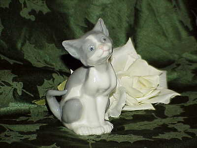 VINTAGE Retired LLADRO Grey White Kitten CAT FIGURINE Smiling Porcelain 10105113