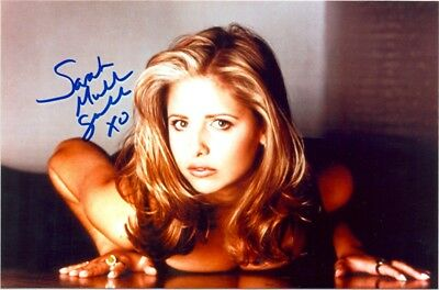 SARAH MICHELLE GELLAR - on the ground, on her stomach, staring at you !!!!